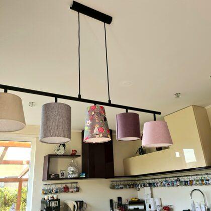 Griestu lampa virs ēdamgalda ar 5 nelieliem abažūriem
