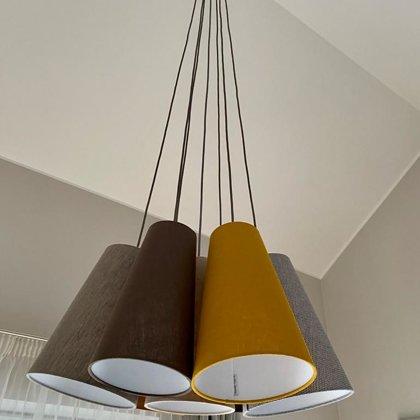 Kombinētā lampa ar 7 konusveida abažūriem un tekstila vadiem