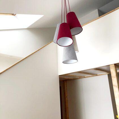 Pušķu lampa ar 5 abažūriem augstiem griestiem