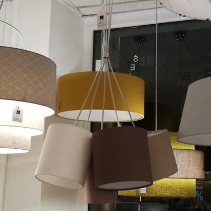 Pušķu lampa virs ēdamgalda ar 5 dažādiem cilindrveida abažūriem