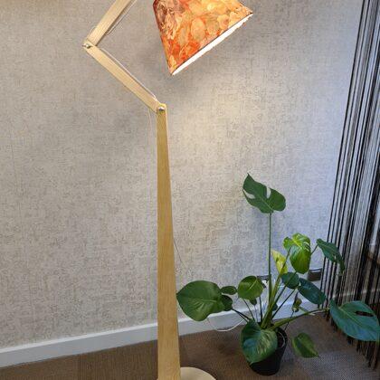 Priedes koka stāvlampa ar ziedu abažūru